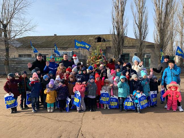 Новогоднюю ёлку для маленьких жителей поселка имени  Гули Королевой организовали депутаты от ЛДПР