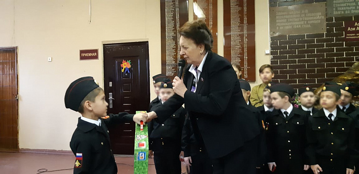 Руководитель фракции КПРФ и ветеран Великой Отечественной войны поздравили школьников с 77-й годовщиной контрнаступления советских войск