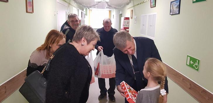 Маленьким пациентам 7 больницы вручили подарки