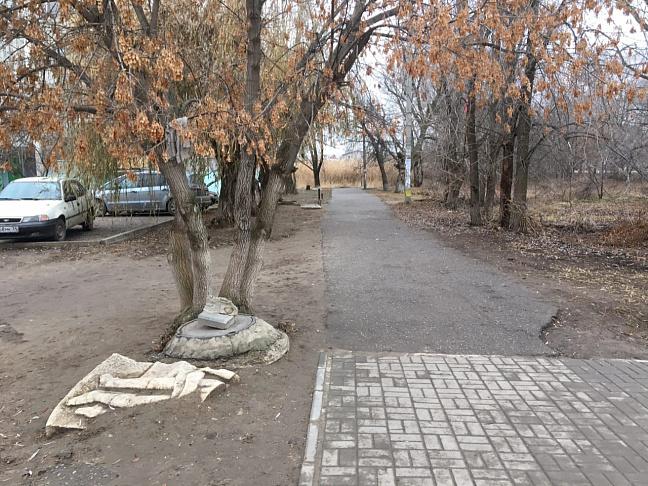 После обращения жительницы Волгограда к депутату Валерию Могильному с дороги убрали заброшенную часть скульптуры