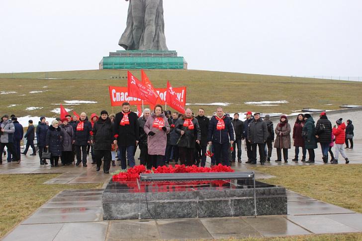 Депутаты-коммунисты областной Думы возложили цветы на Мамаевом кургане в честь 77-й годовщины победы в Сталинградской битве