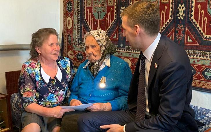 Парламентарий поздравил со 100-летним юбилеем Александру Романову