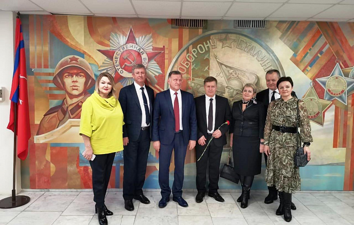 Пациенты госпиталя ветеранов войн принимают поздравления