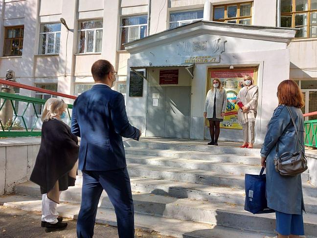 День учителя в период ограничений: Волгоградские парламентарии поздравили педагогов с их праздником